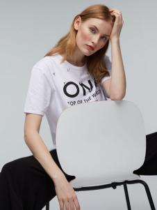 玛革诺施女装白色字母T恤