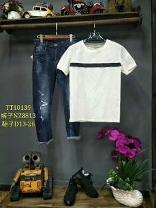 一个人的生活男装白色T恤+深蓝牛仔裤