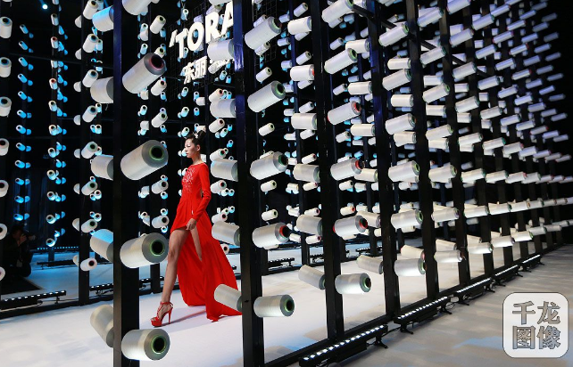 在中国国际时装周的舞台上,模特精彩演绎设计师刘薇的作品。千龙网记者 戚连民摄