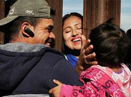 美国移民政策导致亲子分离 一件衣服成团聚希望