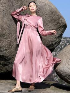 界内界外女装粉色一字肩连衣裙
