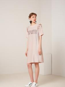 蓝色倾情女装粉色字母连衣裙