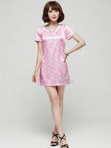绿蜗女装粉色圆领连衣裙