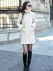 奥衣奥女装白色高领棉衣
