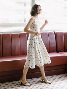 漞渡女装白色波点吊带连衣裙