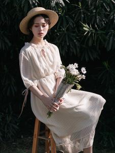 漞渡女装杏色收腰连衣裙