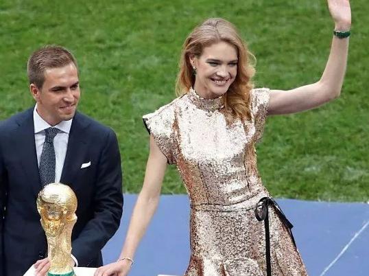 装在LV定制箱中的大力神杯和传奇超模才是世界杯赢家