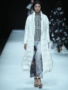 E问设计师品牌18白色羽绒服