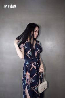 麦颜女装藏青印花开叉连衣裙