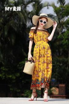 麦颜女装黄色印花一字肩连衣裙