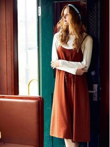 留仙儿女装橘红色吊带连衣裙