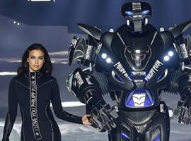好玩的伦敦时装周又炫科技 首次迎来机器人模特