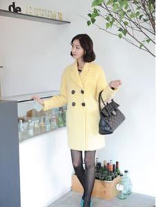 格皙女装浅黄色双排扣大衣