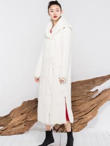 晒谷场白色羽绒服