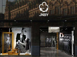 江南布衣旗下JNBY羽绒服被指抄袭独立设计师陈鹏