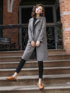 描写女装灰色时尚大衣