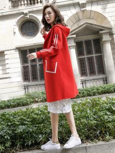 描写女装红色带帽大衣