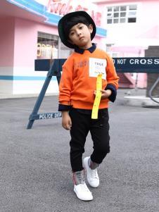 崇者童装橘黄色字母T恤