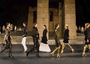 Chanel在纽约大都会办了场2019早秋大秀 金光闪烁
