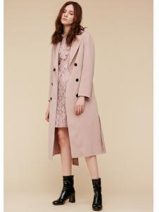 季候风女装粉色大衣