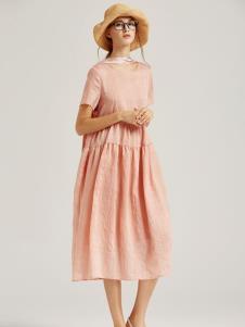 墨曲粉色连衣裙