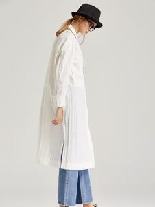 墨曲白色外套