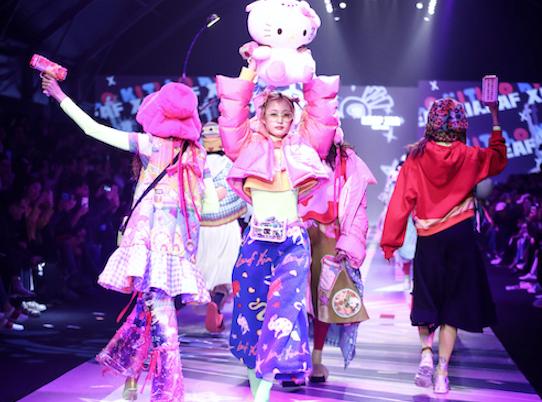 超萌Hello Kitty亮相上海时装周燃爆全场 周洁琼助阵