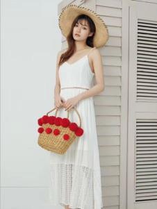衣魅人品牌折扣女装白色吊带裙