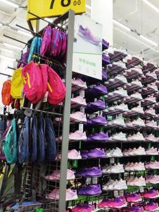 奥库运动户外超市鞋服产品展示