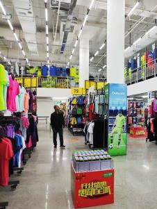 奥库运动户外超市服装产品展示