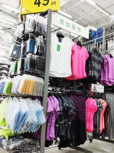 奥库运动户外超市服饰产品展示