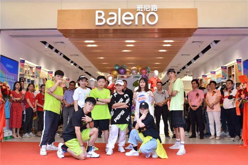 班尼路新形象店开业,23年品牌?#20013;?#28949;发年轻活力