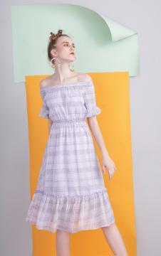 MOOSY紫色一字肩格纹收腰连衣裙