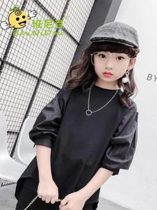 班尼豆黑色连衣裙