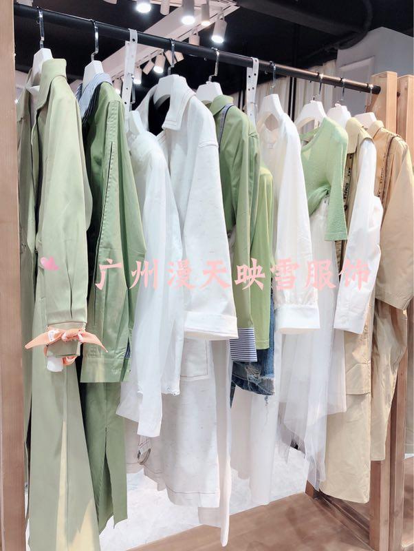 香港艺素国际秋装干练、优雅甜美
