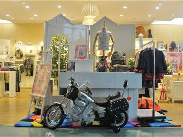 红黄蓝童装店铺展示