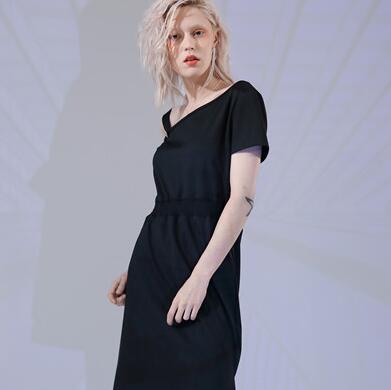丹比奴黑色连衣裙优雅大方,黑色穿搭更高贵