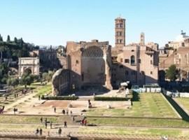致敬KARL LAGERFELD以与罗马 FENDI修缮罗马神庙