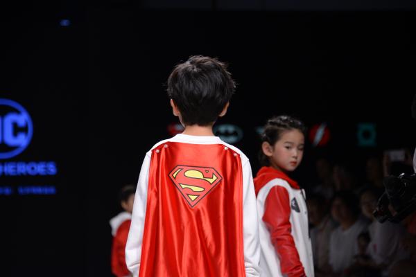 """华纳DC联合""""嗨格益店""""发布中国""""超级英雄""""童装首秀"""