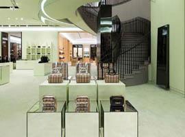 Burberry正在向顶级奢侈品定位转型 重整门店自救