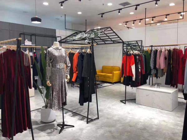 恭喜CZHLE彩知丽女装黑龙江大庆新玛特店即将优雅启幕!