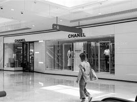 """奢侈品入华40年:从高冷到""""亲,您好"""""""