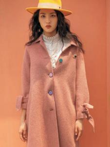 电影时装粉色大衣