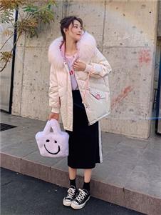 藏九女装米色羽绒衣