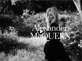 花卉之名,缘何承载起 Alexander McQueen 的美学蓝图