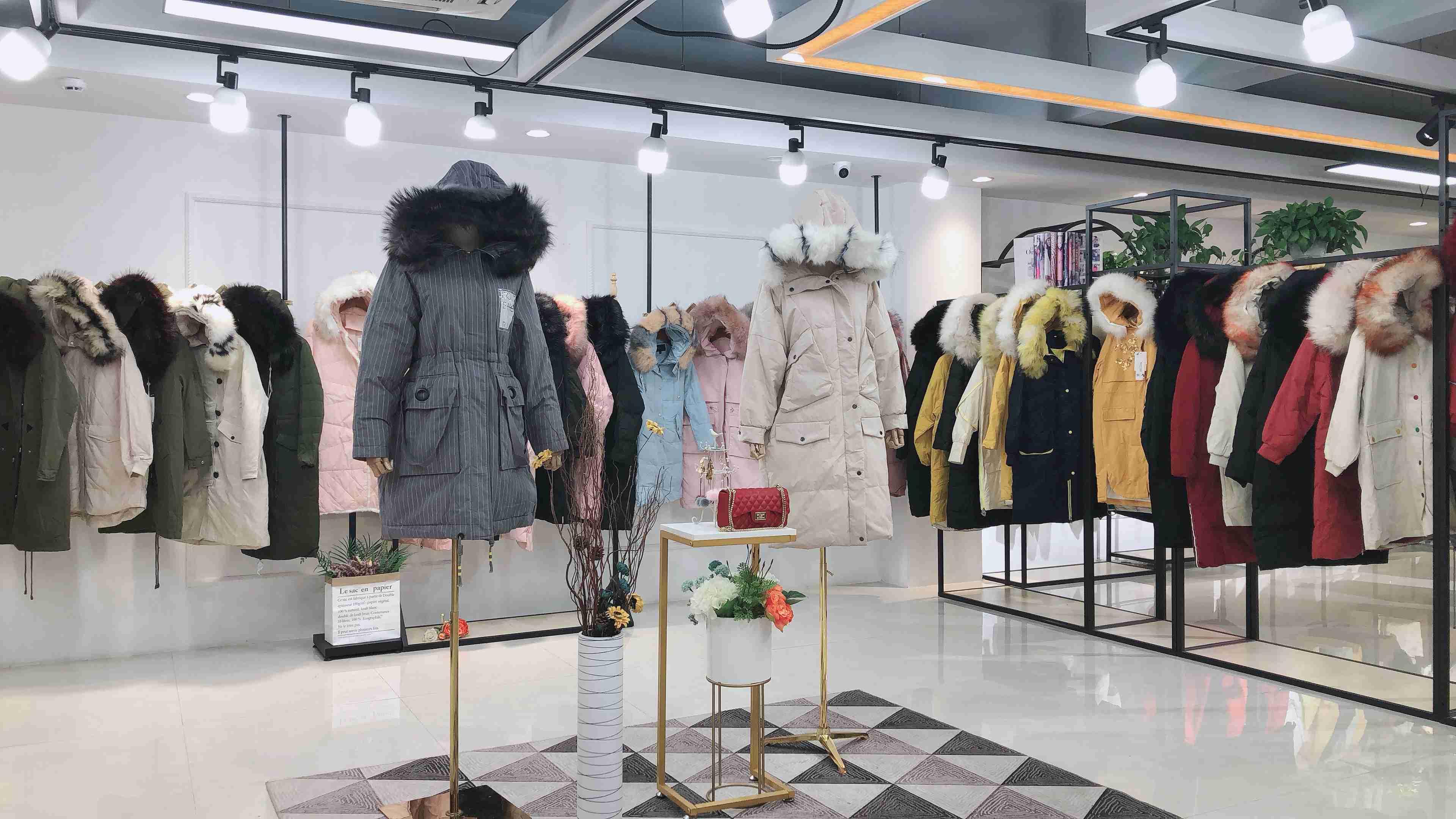 時尚品牌羽絨服愛美斯19年新款品牌折扣一手貨源批發