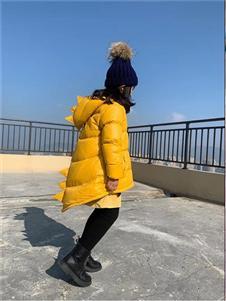 玲珑黄色羽绒衣
