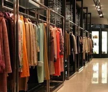 为何杂牌服装店价格反而更贵?卖家:客流太少