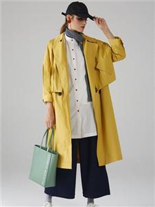 墨曲黄色风衣