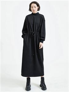 劉劉墨黑色連衣裙